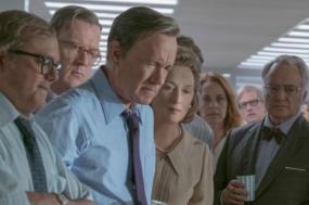 No centro, Tom Hanks (Ben Bradlee) e Meryl Streep (Katharine Graham) aguardam a decisão do Supremo Tribunal sobre a publicação dos Documentos do Pentágono
