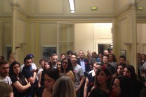 Trabalhadores à porta da sala onde os dirigentes estão reunidos à calada com os sindicatos minoritários