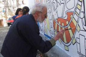 Vitor Silva Tavares, a pintar um mural da Casa da Achada