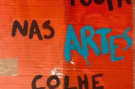 """""""Quem poupa nas artes, colhe tempestades"""". Pancarta da manifestação de 6 de abril."""