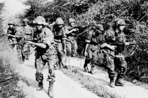 """(1964), """"""""Guerra Colonial"""": exército português em operações."""", Fundação Mário Soares / AMS - Arquivo Mário Soares - Fotografias Exposição Permanente, Disponível HTTP: http://hdl.handle.net/11002/fms_dc_114094"""