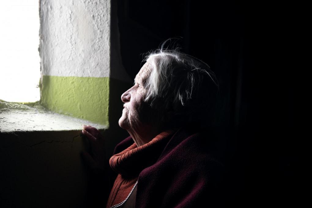 """Maria Augusta, 86 anos, habitante de Miragaia. A quem a questiona sobre a data de saída da casa onde morou toda a vida, devolve a pergunta: """"Posso ter direito apenas a morrer onde nasci?""""."""