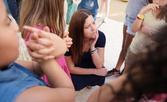 Marisa Matias com crianças da Escola Básica Maria Barroso.