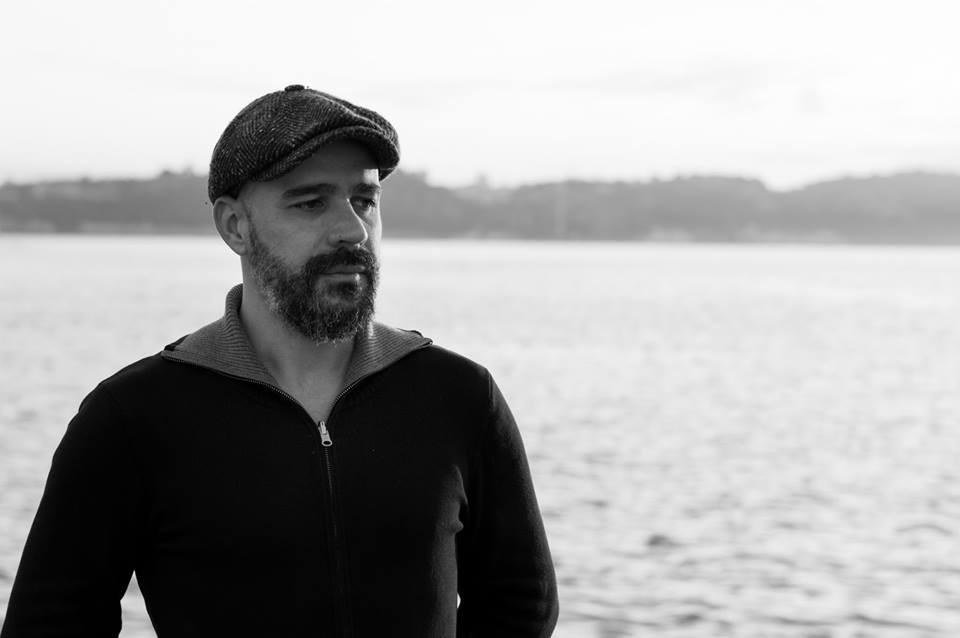 """Para Afonso Cruz, """"a indiferença mata tudo, deixa as coisas monocromáticas, cinzentas"""". Foto de Vitorino Coragem"""