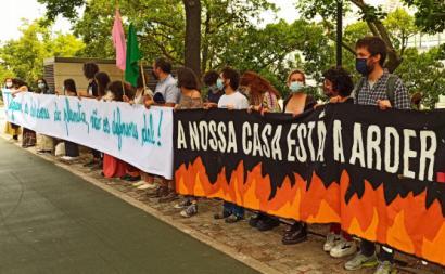 Ambientalistas em concentração de solidariedade para com os detidos. Foto: Climáximo.