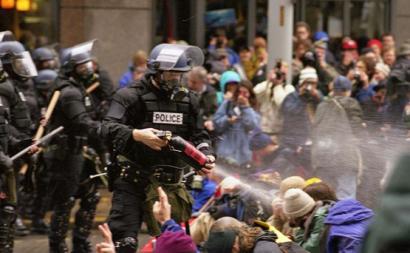 Polícia dispara gás lacrimogéneo sobre manifestantes sentados. Seattle, 30 de novembro de 1999.