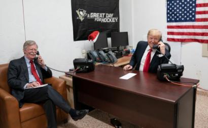 Donald Trump e John Bolton numa visita ao Iraque em Dezembro de 2018. Foto: The White House/Flickr/Wikimedia Commons.