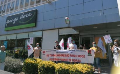 Trabalhadores numa ação contra o banco de horas no Pingo Doce. Foto: CESP/Facebook.