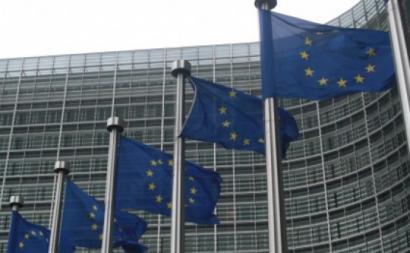 """""""Comissão Europeia quer ganhar tempo para voltar às inexoráveis leis do ordoliberalismo alemão"""" – Foto do Edifício da Comissão Europeia com bandeiras da União Europeia"""