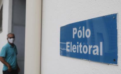 Distribuição de urnas eletrónicas no Rio de Janeiro em véspera das eleições. Foto: Fernando Frazão/Agência Brasil.