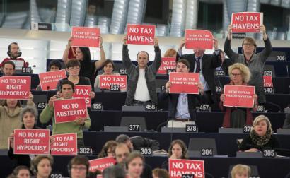 Deputados europeus protestam contra a fuga de capitais para paraísos fiscais. Foto GUE/NGL.