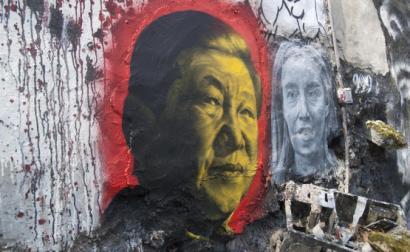 Retrato de Xi Jinping numa parede.