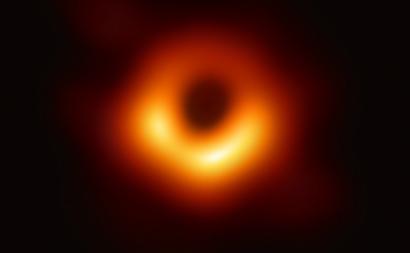 A primeira imagem direta de um buraco negro, no centro da galáxia M87. Foto Event Horizon Telescope.