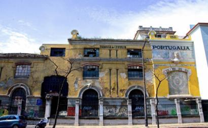 Fachada devoluta da fábrica de cerveja Portugália. Foto restosdecoleccao.blogspot.com.