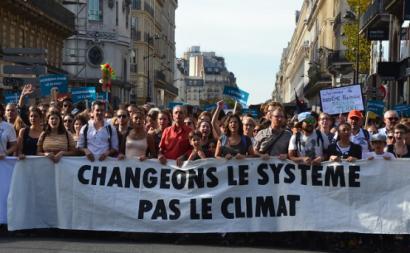 """""""Mudemos o sistema, Não o clima"""", manifestação em Paris, outubro de 2018. Foto de Jeanne Menjoulet/Flickr."""