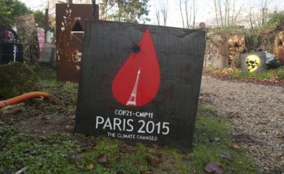 Cartaz sobre a cimeira do clima de Paris. Foto de thierry ehrmann/Flickr.