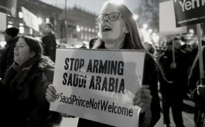 Manifestante contra a venda de armas para a guerra da Arábia Saudita do Iémen. 7 de março de 2018. Downing Street, Londres.