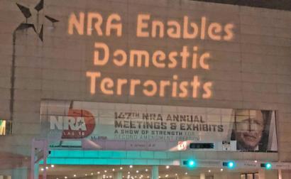 Projeção de luzes contra o NRA na sua convenção nacional em 2018. Foto de Backbone Campaign/Flickr.