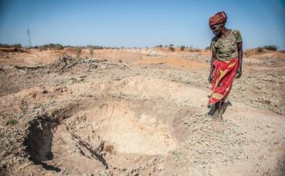 Mulher moçambicana no meio da seca. Sul de Moçambique, 2016.