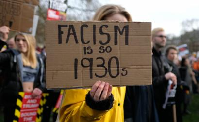 Cartaz anti.fascista em 2017. Foto de Alisdare Hickson/Flickr.