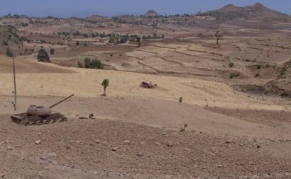 Tanque destruído no Tigray. Foto de gordontour/Flickr.