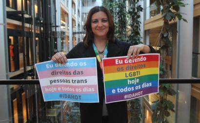 Marisa Matias com cartazes em defesa dos direitos LGBTQI+. Foto The Left/Flickr.