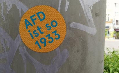 Autocolante ant-AfD. Foto de Jürgen Telkmann/Flickr.