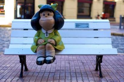 Uma escultura de Mafalda, sentada num banco de praça a metros da casa onde vivia Quino, no tradicional bairro de San Telmo de Buenos Aires, é destino obrigatório dos turistas que se fazem fotografar abraçados à menina argentina mais popular no mundo.