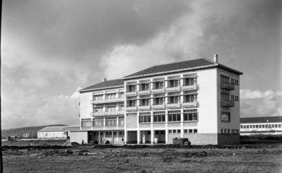 Foto antiga de edifício militar português.