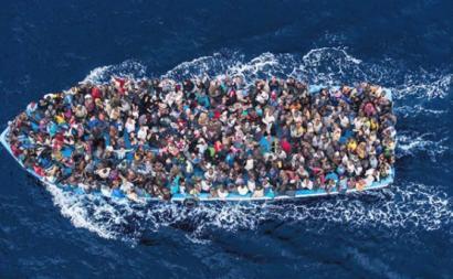 Barco de migrantes no Mediterrâneo.
