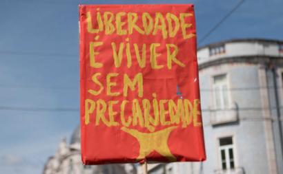 """Cartaz: """"Liberdade é viver sem precariedade"""""""