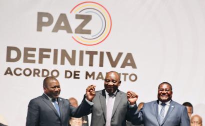 Cyril Ramaphosa, presidente da África do Sul, com os lideres da Renamo e da Frelimo na assinatura do acordo de paz.
