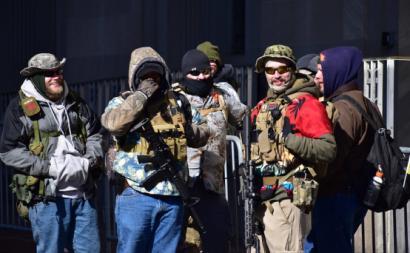 Manifestantes na Virgínia com indumentária associada ao boogaloo. Janeiro de 2020. Anthony Crider/Flickr.
