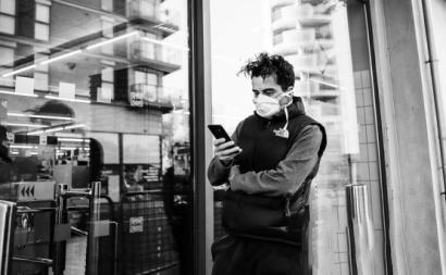 Homem com máscara contra a Covid-19. Foto de Nickolay Romensky/Flickr.