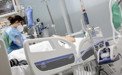 Paciente com covid-19 a ser tratada num hospital no Chile. Foto: Alejandra De Lucca V./Minsal/Fotos Públicas.