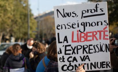 Manifestação de homenagem a Samuel Paty. Outubro de 2020, Paris. Foto de Mathieu Delmestre/Parti Socialiste/Flickr