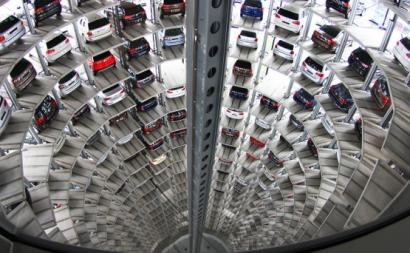 Torre de automóveis na fábrica Volkswagen de Wolfsburgo, 2011. Foto: Sdu7cb/Flickr.