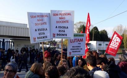 Trabalhadores não docentes das escolas em protesto em Leiria. Foto: Sindicato dos Trabalhadores em Funções Públicas e Sociais do Centro.