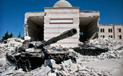 Tanque destruído junto a mesquita em Azaz, Siria