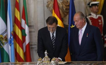 Juan Carlos de Borbón com o primeiro-ministro Rajoy na altura da sua abdicação da coroa.