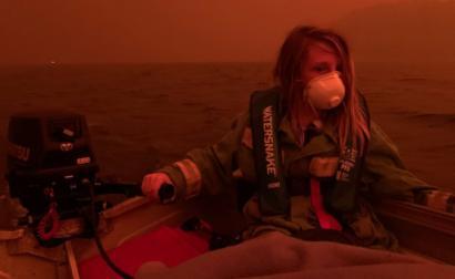 no barco para fugir às chamas