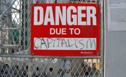 """""""Perigo devido ao capitalismo"""". Foto de Mary Crandall/Flickr."""