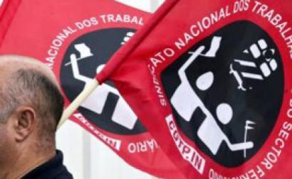 Trabalhadores dos transportes em protesto com bandeiras da Fectrans. Foto da Fectrans/Facebook.