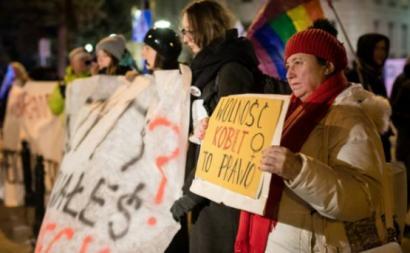 Neste sábado, 13 de janeiro, cerca de duas mil mulheres protestaram frente ao parlamento polaco, contra a criminalização total do aborto