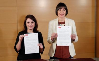 Adriana Lastra, vice-secretária geral do PSOE, e Ana Pontón, porta-voz do BNG, mostram o acordo subscrito entre os dois partidos