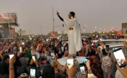 A ativista sudanesa Alaa Salah numa manifestação em abril de 2019. Foto de Lana H. Haroun/Wikipedia