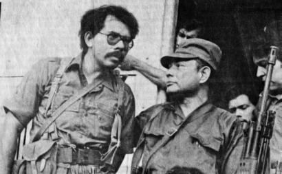 Dirigentes sandinistas: Atrás, de pé, Daniel Ortega e Tomás Borge. À frente, de cócoras, Dora María Téllez e Omar Cabezas.