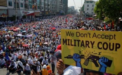 Manifestação contra o golpe de Estado em Myanmar. Foto publicada em ESSF.