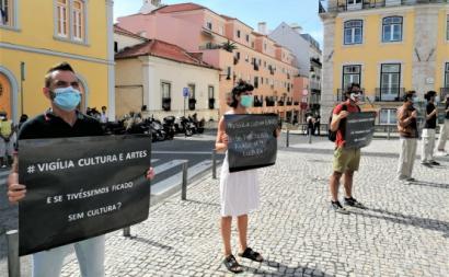Protesto em frente à Assembleia da República. Fotografia de Fabíola Cardoso