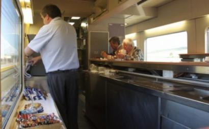 Trabalhador do bar de um comboio. Foto: CGTP.